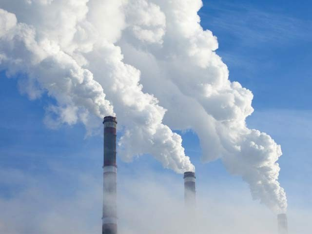 کاربن ڈائی آکسائیڈ سے بایوایندھن بنانے والا ایک نیا نظام تیارکرلیا گیا ہے۔ فوٹو: فائل
