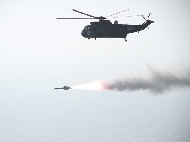 کھلے سمندر میں فائر کئے گئے میزائل نے اپنے ہدف کو پوری کامیابی کے ساتھ نشانہ بنایا، ترجمان پاک بحریہ۔ فوٹو : فائل
