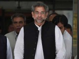 وزیراعظم اور وزیر خزانہ خصوصی طیارے سے نور خان ایئربیس پہنچے۔ فوٹو: فائل