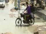 پانی کے باعث یونیورسٹی روڈ پر ٹریفک کی روانی بھی متاثر ؛فوٹو:ایکسپریس نیوز