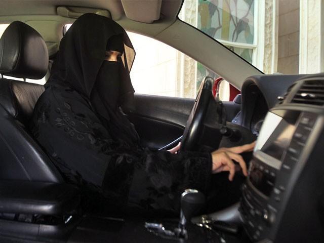ٹریفک قوانین میں تبدیلیاں کر کے مردوں اور خواتین کے لیے یکساں ڈرائیونگ لائسنز جاری کیے جائیں گے، شاہی فرمان - فوٹو: فائل
