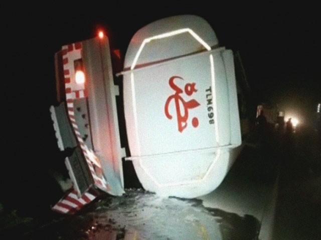 ٹینکر میں 52 ہزار لیٹر پٹرول موجود تھا جو سڑک پر بہہ گیا۔ فوٹو : فائل