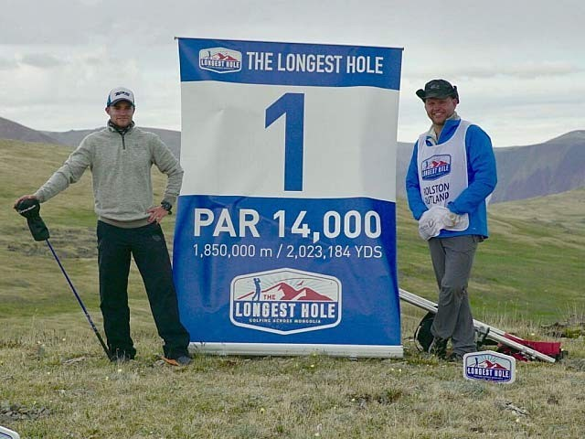 ایڈم رولسٹن نے اپنے سفر میں 2 ہزار کلومیٹر کا فاصلہ طے کیا اور 400 گیندیں استعمال ہوئیں۔ فوٹو: فائل