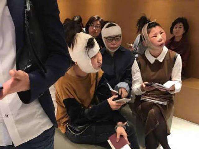 جنوبی کوریا میں آپریشن سے چہرے مکمل تبدیل کروانے کے بعد ایئرپورٹ حکام نے انہیں روک لیا۔  فوٹو: ڈیلی میل