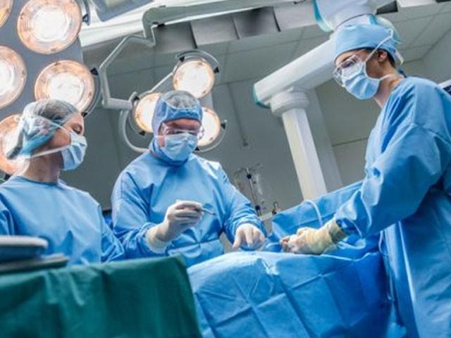 برطانیہ میں سالانہ ہزاروں افراد پیوند کاری کے لئے اعضا کی عدم دستیابی کے باعث موت کا شکار ہورہے ہیں،سائنسدان فوٹو:فائل