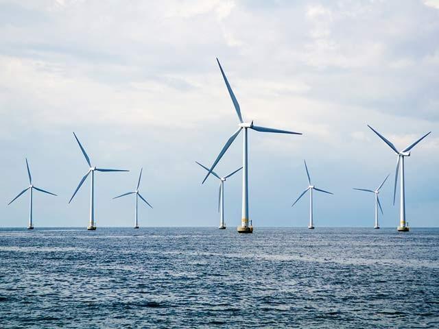 امریکی ماہرین نے کہا ہے کہ سمندروں کے وسط میں کم ازکم 30 لاکھ مربع کلومیٹر پر ونڈ ٹربائن لگا کر پورے سیارے کو بجلی فراہم کی جاسکتی ہے۔ فوٹو: فائل