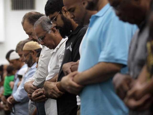 مسلم نشاۃ الثانیہ کا خواب باہمی اخوت و یگانگت اور بھائی چارے کو فروغ دیئے بغیر شرمندہ تعبیر نہیں کیا جاسکتا۔ (فوٹو: فائل)