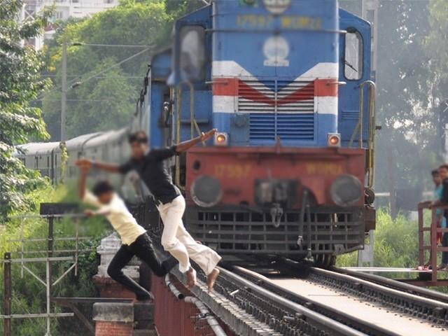ریلوے ٹریک پر سیلفی لینے کی کوشش کے دوران نوجوان کا پاؤں پھسل گیا اور دوران ٹرین ٹانگوں پر چڑھ گئی۔ فوٹو : فائل