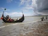 مقامی دیہاتیوں نے سمندر سے 5 لاشیں نکالیں جبکہ 21 مسافروں کو زندہ بچالیا گیا۔ فوٹو: فائل