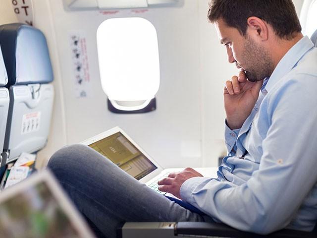 طیارے میں لیپ ٹاپ پر پابندی کا فیصلہ رواں ماہ کے آخر میں انٹرنیشنل سول ایوی ایشن آرگنائزیشن   کے اجلاس میں ہوگا فوٹو :فائل
