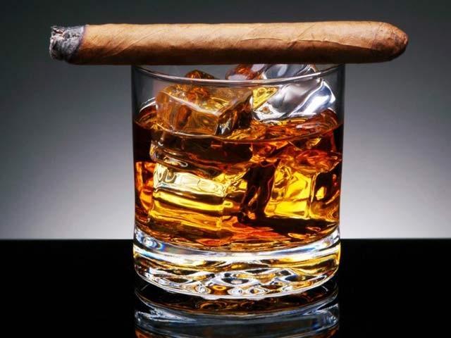تمباکو اور شراب نوشی کی کثرت جسم پر بڑھاپے کے آثار نمایاں کرتی ہے۔ فوٹو: فائل