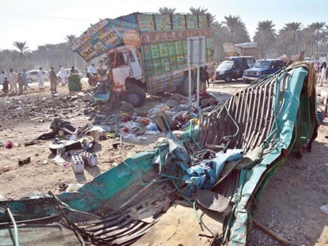 موٹروے پولیس اور ریکسیو اداروں نے جائے حادثہ پر پہنچ کر ٹرک کے نیچے دبے لوگوں کو نکالا۔ فوٹو: فائل