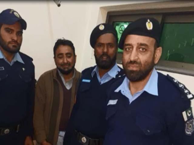 پولیس نے مشکوک شخص کو حراست میں لے کر تھانہ آبپارہ منتقل کردیا۔ فوٹو: ایکسپریس اسکرین گریب