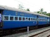 ٹرین میں چڑھنے کی کوشش میں نوجوان پٹڑیوں پر پھسل گیا تاہم نوجوان کو خراش تک نہیں آئی۔ فوٹو : فائل