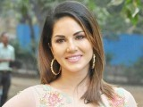 بالی ووڈ فلم شائقین اب یکم دسمبر کو دپیکا کے بجائے سنی لیون کی فلم دیکھیں گے، فوٹو:فائل