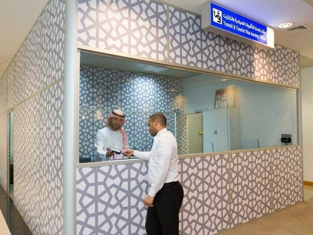سیاحتی ویزا کے لیے ابوظہبی ایئرپورٹ پر نیا ویزا کاؤنٹر قائم کردیا گیا ہے، فوٹو: فائل