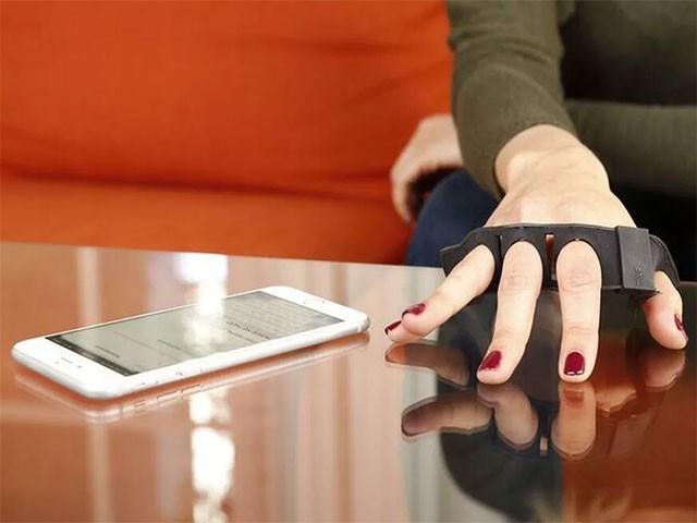 یہ ڈیوائس اسمارٹ فونز، کمپیوٹرز، اسمارٹ واچ اور لیپ ٹاپ کے ساتھ بلوٹوتھ سے منسلک ہوسکتی ہے، فوٹو:فائل