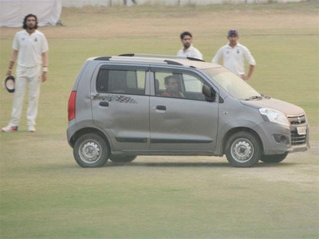 بھارت میں دوران ِ میچ ایک شخص پچ پر گاڑی چلاتا رہا،فوٹو:انٹرنیٹ