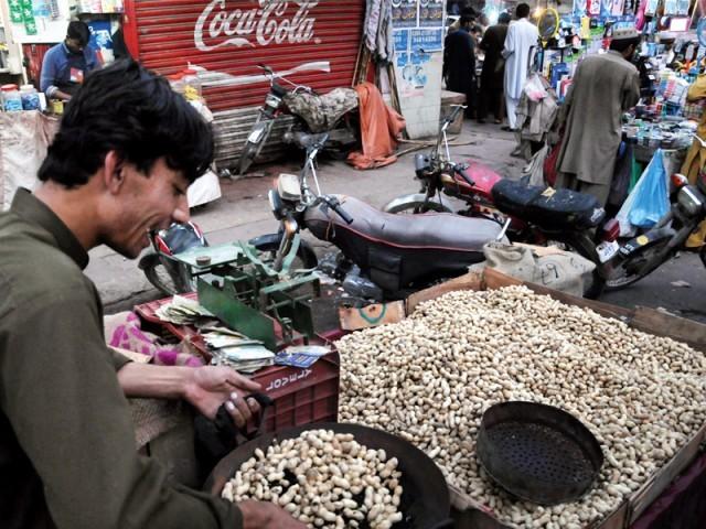 مقامی پیداواربہت ہے،مونگ پھلی مہنگی نہیں ہوگی،تاجر۔ فوٹو : ایکسپریس