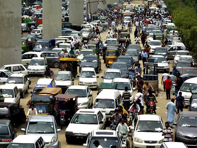 کاش انہیں کوئی سمجھا دے کہ ٹریفک جام سے بچنے کےلیے ٹریفک قوانین پر عمل کرنا اشد ضروری ہے۔ (فوٹو: انٹرنیٹ)
