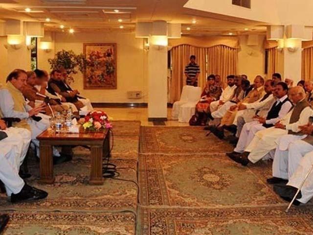 اجلاس میں لیگل ماہرین کی ٹیم نے مسلم لیگ ن کی قیادت کو قانونی نکات پر بریفنگ دی۔ فوٹو: فائل