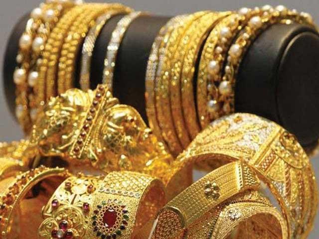 صرافہ مارکیٹوں میں فی تولہ سونے کی قیمت گھٹ کر53250 روپے اور فی دس گرام سونے کی قیمت گھٹ کر45642 روپے ہوگئی۔ فوٹو: فائل
