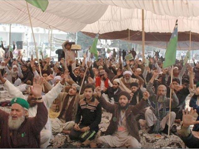 مذہبی جماعت نے پنجاب حکومت سے تحریری معاہدے کے بعد دھرنا ختم کرنے کا اعلان کیا، فوٹو: فائل