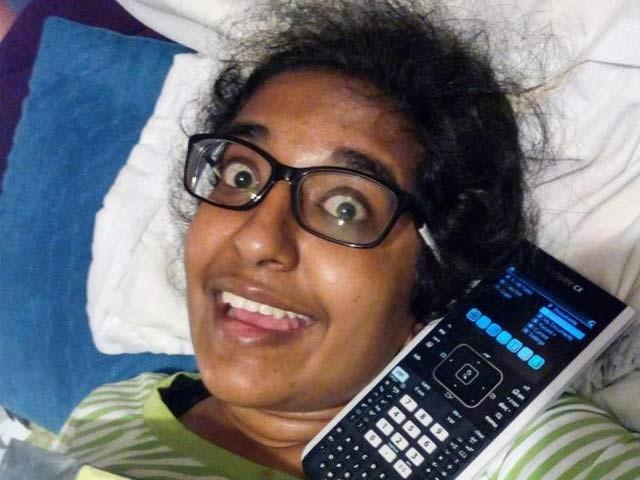 نورالماہ جبین حسن اپنے پسندیدہ کیلکولیٹر کے ساتھ جس سے وہ بے انتہا محبت کرتی تھیں۔ فوٹو: بشکریہ اورلینڈو ٹائمز