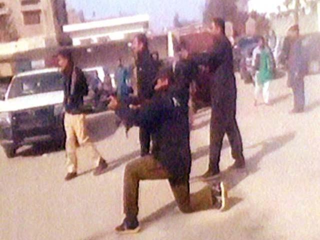 پولیس نے مظاہرین کو منتشر کرنے کےلیے شدید فائرنگ کی جس سے متعدد افراد زخمی ہوگئے فوٹو: فائل