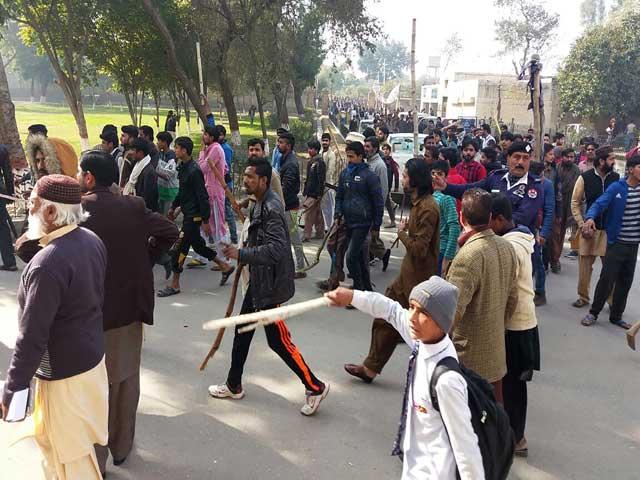 صبح ہوتے ہی مظاہرین ایک بارپھرسڑکوں پر نکل آئے: فوٹو: اے ایف پی