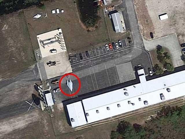 گوگل ارتھ کے ذریعے کھینچی گئی ایک تصویر جس میں امریکی ریاست فلوریڈا کی ایئربیس پر ایک تکون شکل کا طیارہ موجود ہے جس کے بارے میں دعویٰ ہے کہ وہ امریکا کا تیز ترین طیارہ ہے جسے اب تک خفیہ رکھا جارہا ہے۔ تصویر بشکریہ ڈیلی مرر
