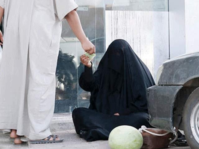 یہ بھکاری تین ماہ کے سیاحتی ویزے پر قانونی طور پر آتے ہیں اور کروڑوں روپے جمع کرلیتے ہیں۔ فوٹو: فائل
