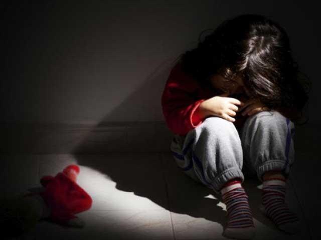صرف ساڑھے 7 سال میں ساڑھے 22 ہزار بچے زیادتی اور تشدد کا نشانہ بنے۔ فوٹو:فائل