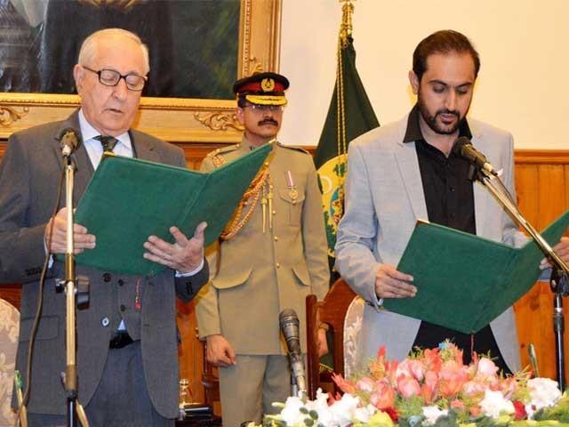 گورنر بلوچستان محمد خان اچکزئی نے عبدالقدوس بزنجو سے حلف لیا ۔ فوٹو : صبا