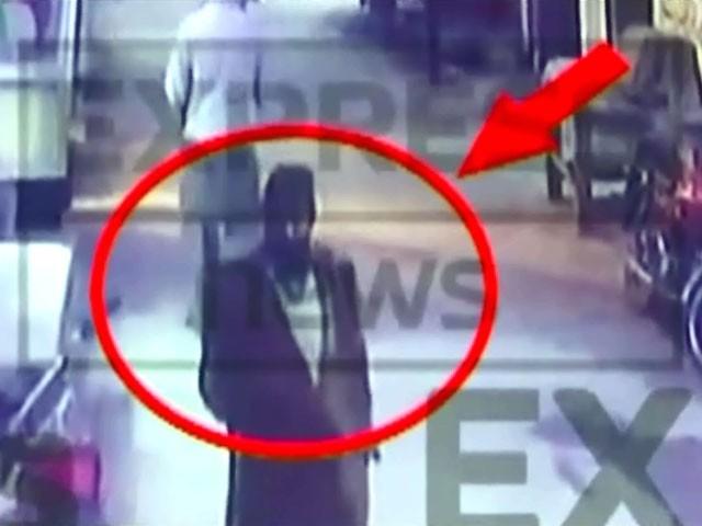 فوٹیج میں دیکھا جاسکتا ہے کہ کوٹ اور ٹوپی پہنا ایک شخص زینب کی گلی میں ٹہل رہا ہے۔ فوٹو: اسکرین گریب