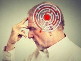 امریکی ماہرین نے 5 سالہ طویل مطالعے کے بعد کہا ہے کہ اگر آپ ڈپریشن کے مقابلے میں گھبراہٹ اور بے چینی کا شکار ہیں تو اس سے دماغ میں ایک خاص قسم کا پروٹین بڑھ جاتا ہے اور یوں الزائیمر کا خطرہ بڑھ جاتا ہے۔ (فوٹو: فائل)