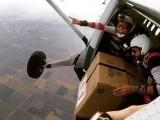 امریکی نوجوانوں نے یہ اسٹنٹ ساڑھے 12 ہزارفٹ کی بلندی پر کیا ۔ فوٹو : ڈیلی میل