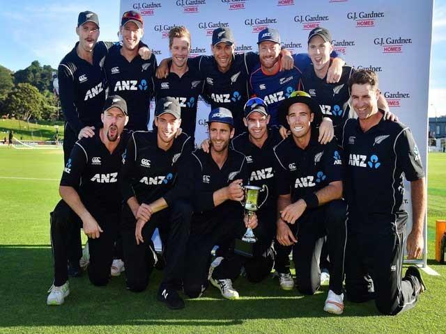 نیوزی لینڈ کے 272 رنز کے جواب میں قومی ٹیم صرف 256 رنز ہی بناسکی۔ فوٹو : اے ایف پی