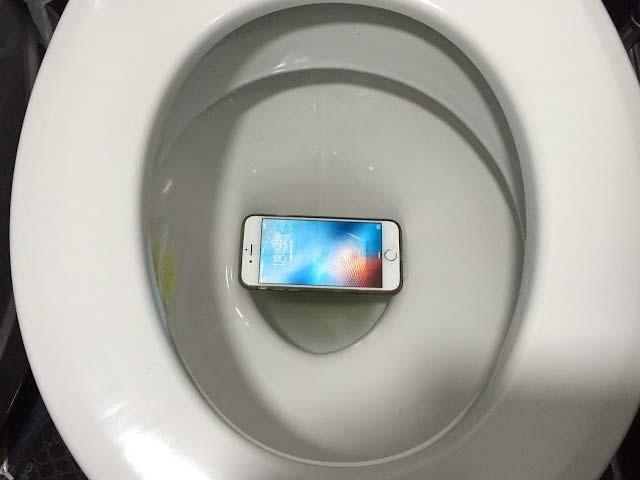 چین میں ایک شخص نے ٹوائلٹ میں پھنسے اپنے آئی فون کو نکالنے کے لیے اپنا بازو پھنسالیا۔ فوٹو: فائل
