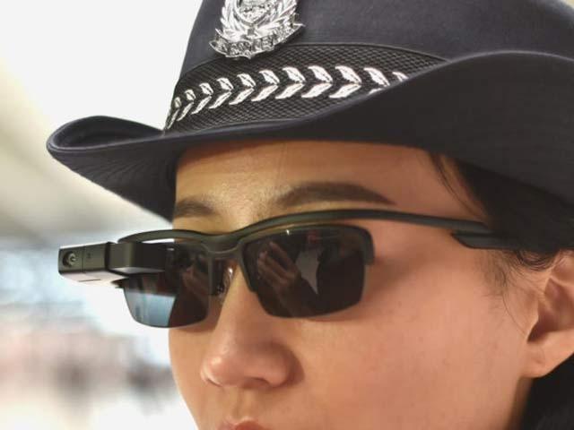 ایک خاتون پولیس اہلکار کیمرے والی عینک پہنے ہوئی ہے۔ فوٹو: بشکریہ پاپولر سائنس