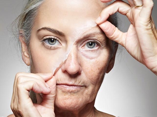 روزانہ مناسب نیند اور کم از کم ڈیڑھ لیٹر پانی پینا چہرے کی جھریوں سے بچنے کے لیے بنیادی اہمیت کے حامل عوامل ہیں، فوٹو: انٹرنیٹ