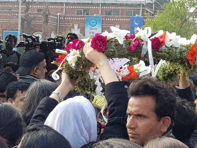 عاصمہ جہانگیر کو آخری رسومات کیلئے لے جایا جارہا ہے، فوٹوسوشل میڈیا