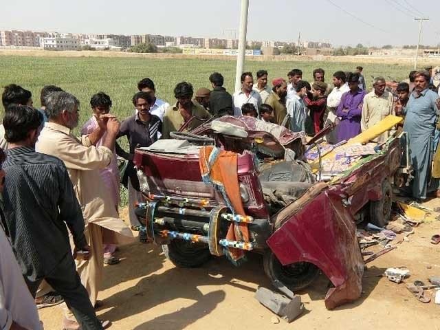 حسب دستور حادثے کے بعد دونوں گاڑیوں کے ''ماہر'' ڈرائیور فرار ہونے میں بآسانی کامیاب ہوگئے،فوٹو: فائل
