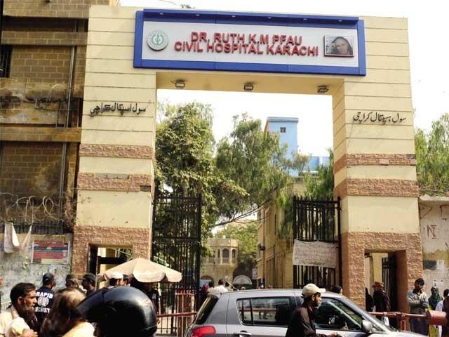 اسپتال انتظامیہ نے اسپتال کے مرکزی گیٹ پرڈاکٹرروتھ فائو کے ایم سول اسپتال کراچی کے نام سے نیا بورڈ آویزاں کردیاہے ۔ فوٹو : ایکسپریس