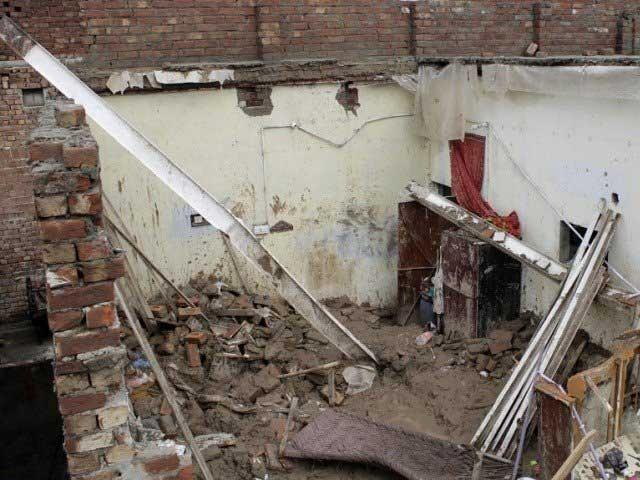 بارش سے خستہ حال مکان کی چھت اچانک منہدم ہو گئی؛ فوٹوفائل