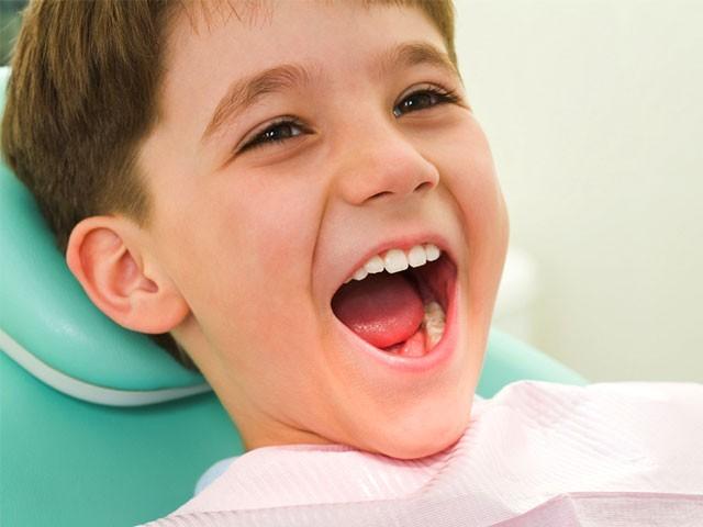فلورائیڈملے ٹوتھ پیٹ سے3منٹ برش کرنے سے دانتوںکی حفاظت ممکن ہے،ڈاکٹرفرحان۔ فوٹو؛ سوشل میڈیا