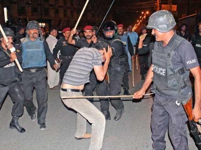 یہاں شہریوں کی حفاظت اور جرائم کے روک تھام کےلیے تعینات سرکاری ملازمین بھی غنڈہ گردی کرتے ہیں۔ فوٹو: انٹڑنیٹ