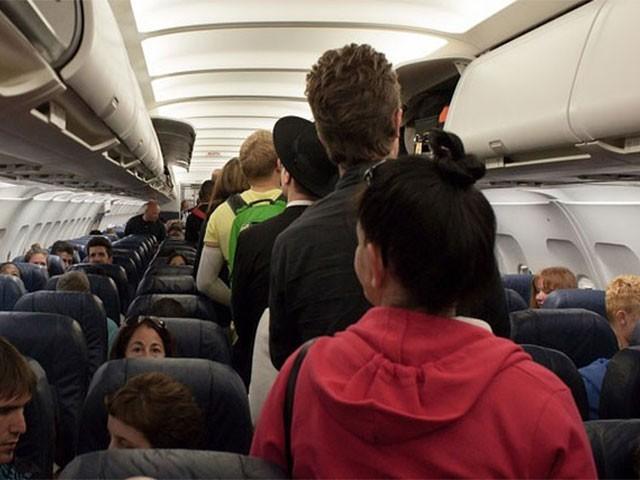 گیس خارج کرنے والے مسافر نے جہاز کی ایمرجنسی لینڈنگ کرادی،فوٹو:فائل
