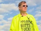 امریکی شہر اوبرن کی ایک خاتون سیلی ڈولی نے چار سال میں سگریٹ کے دس لاکھ ٹوٹے صاف کرکے ایک ریکارڈ قائم کیا ہے۔ فوٹو: ڈیلی مرر