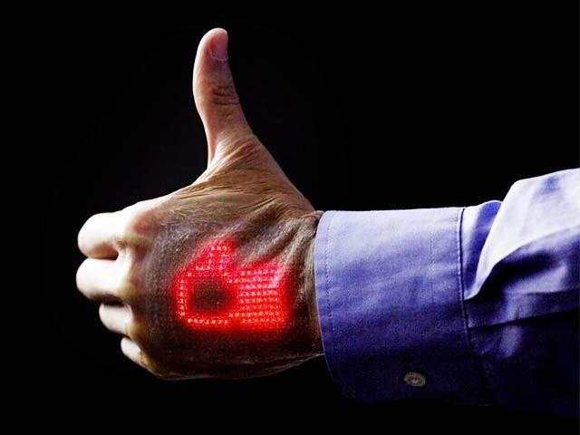جاپانی ماہرین نے ایک پیوند بنایا ہے جو مریض کی جسمانی کیفیت ان کے ہاتھوں پر ہی ظاہر کردیتا ہے۔ فوٹو: بشکریہ ٹوکیو انجینئرنگ یونیورسٹی
